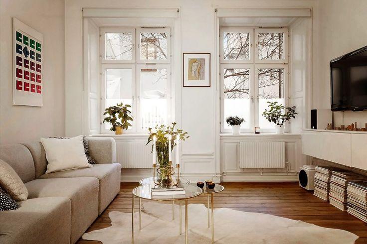 biel,cudowne drewniane deski, tradycyjny stół z drewna,prosta kuchnia biała w stylu skandynawskim ze stalowymi półkami,biała płytka glazurowana cegiełka i nowoczesna przepiękna szara sofa...itd, itp - zestaw przepysznych mebli i detali w skandynawskim stylu, trochę tradycyjny, rustykalny, trochę nowoczesny - mix, który uwielbiam :)