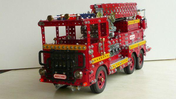 Le camion nacelle des pompiers en meccano a 4 fonctions, 4 moteurs sont donc nécessaires -marche avant et arrière du camion -rotation de la plate -forme -montée de la flèche -montée de la nacelle Flêche déployée pont arrière, moteur et différentiel