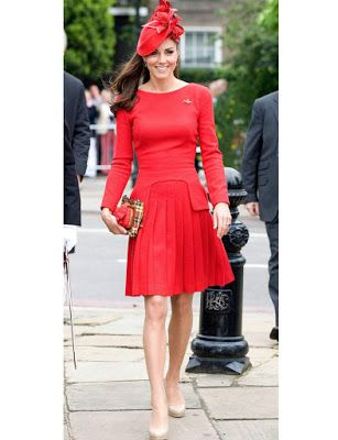 Robe rouge et chaussures blanches