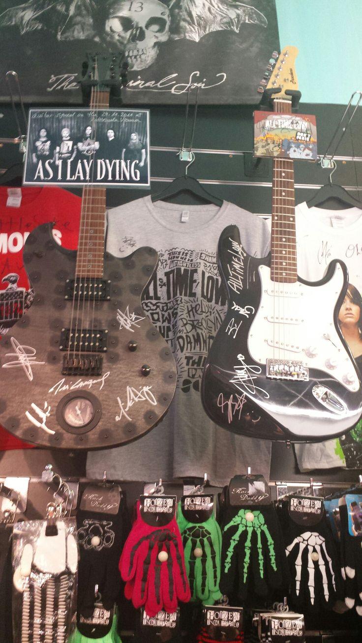 unsere Schätze! #asilaydying #alltimelow #guitar #signature #rattlesnakevienna