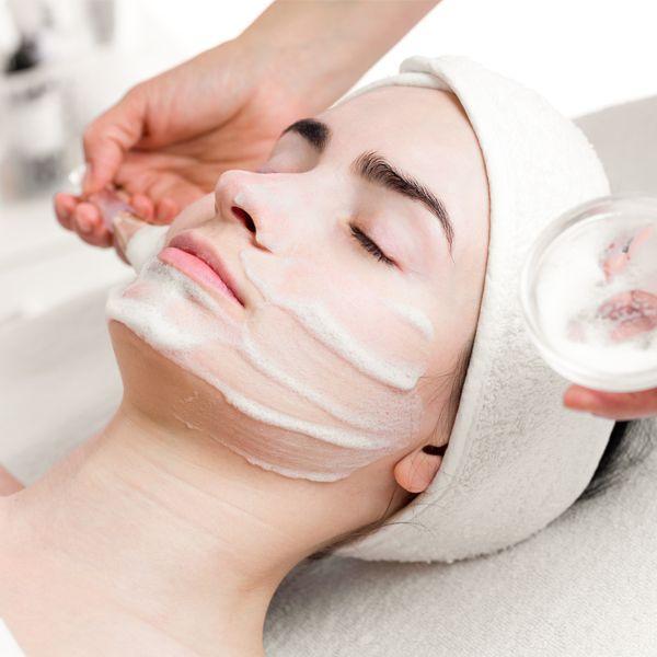 O peeling químico é utilizado para o tratamento de imperfeições da pele e consiste na aplicação de agentes químicos que esfoliam e a regeneram.