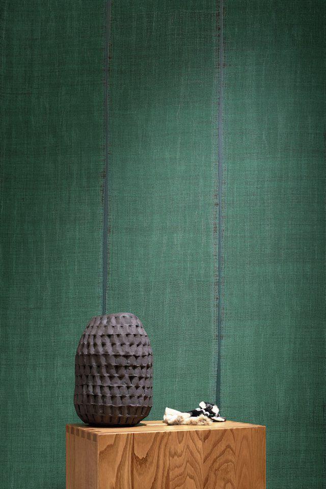 """Papier peint vert """"Sari"""", Elitis. D'un élégant vert, ce papier peint nous emmène sur la route des nomades du Moyen-Orient entre les subtilités des sombres obscurs pour envoûter nos pièces..."""
