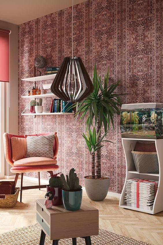 Eine Vintage-Tapete, schöne Grünpflanzen und eine ausgefallene Lampe - schöne tapeten fürs wohnzimmer