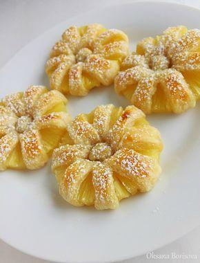 Une boite d'ananas ou un ananas frais coupé en tranche une pâte feuilletée un peu de sucre glace
