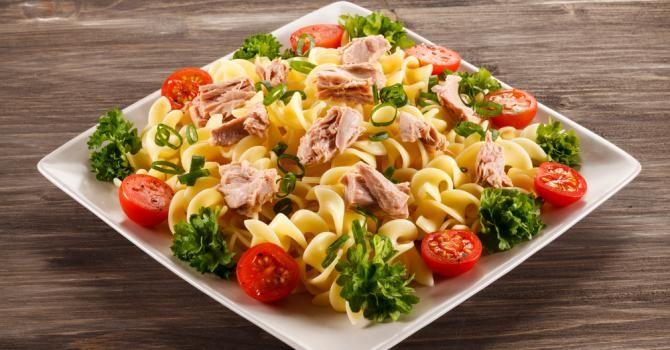 Recette de Salade de pâtes minceur toute simple au thon et à la crème framboisée. Facile et rapide à réaliser, goûteuse et diététique.