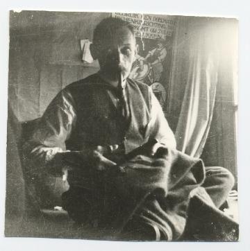 """Kleermaker Klaas Kremer  Wies Kremer  1923, Amsterdam Klaas Kremer was kleermaker, """"eigen werker"""". Hij werkte thuis in de achterkamer. Daar stond een grote tafel; daar zat hij op (kleermakerszit). Op deze foto is hij aan het knippen. Hij werkte in opdracht van dure zaken, zoals Polak en van Deventer; hoek Heiligeweg / Singel. Daar kochten welgestelde mensen aangemeten kostuums. Klaas nam de maat in de winkel, en maakte de kostuums dan thuis"""