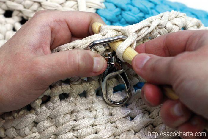 Colocar unas asas a tu bolso de ganchillo es así de fácil, sólo tienes que hacer el punto pasando la aguja a través del orificio (ya sea una anilla o como en este caso un mosquetón) lana * trapillo * crochet