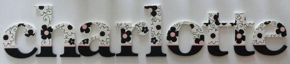 Estas letras están pintadas con un elegante diseño floral rosado, blanco y negro. Las letras en la muestra están pintadas en la fuente de Georgia. Usted puede elegir cualquier otro tipo de letra o el otro tamaño para este diseño. Ver precios y fuentes que se enumeran a continuación.  ** El precio es por letra. 6 pulgadas - $12,00 por letra 8 pulgadas - $14,00 por letra 10 pulgadas - $16,00 por letra 12 pulgadas - $20,00 por letra 14 pulgadas - $22,00 por letra  Cómo a pedido: Por favor me…