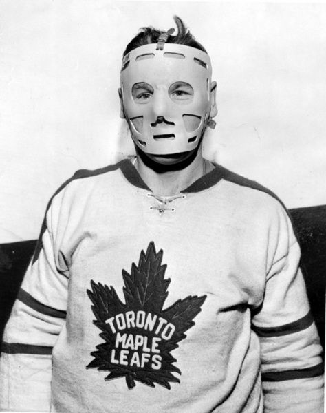 Photo of Johnny Bower wearing a mask in 1962. (Graphic Artists)