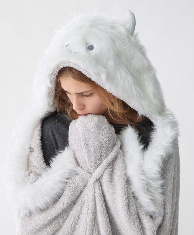Yeti monster blanket - Nouveautés - Dernières tendances Automne Hiver 2016 en mode femme chez OYSHO online : lingerie, vêtements de sport, pyjamas, bain, maillots de bain, bodies, robe de chambre, accessoires et chaussures.