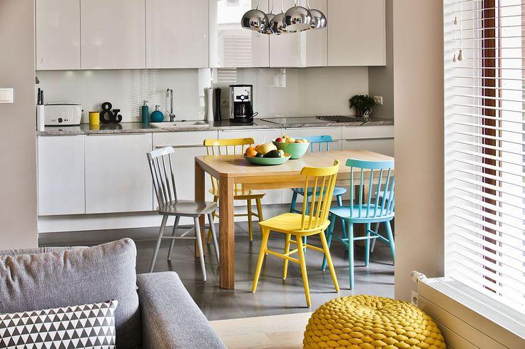 Wnętrze dnia - Biała kuchnia z kolorowymi krzesłami TON - Urzadzamy.pl