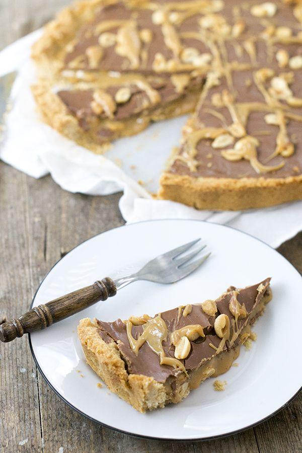 Recept voor een makkelijke maar hele lekkere snickerstaart. Waarbij chocolade, nootjes en karamel natuurlijk niet mogen ontbreken!