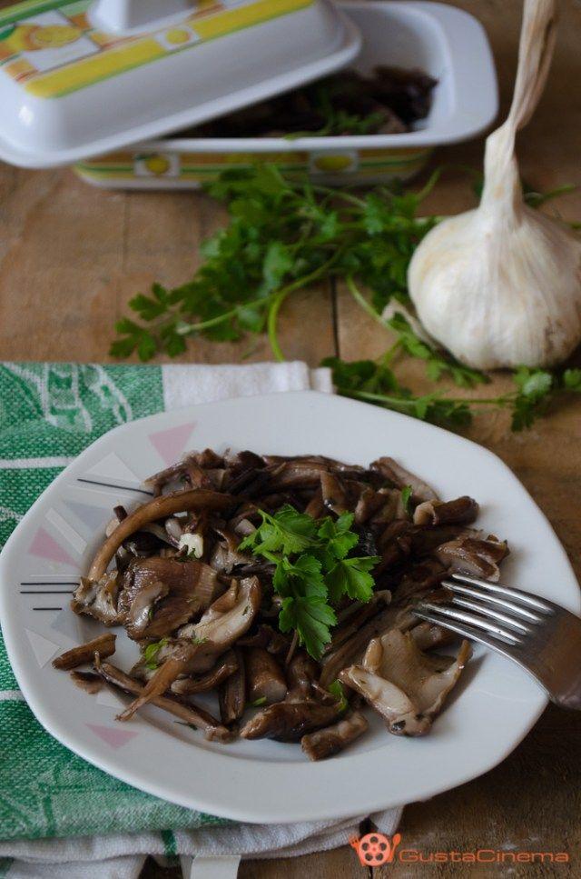 Funghi trifolati in padella con aglio e prezzemolo un contorno gustoso e molto sfizioso. Buonissimi da soli o possono essere utilizzati per condire la pasta o pizza.