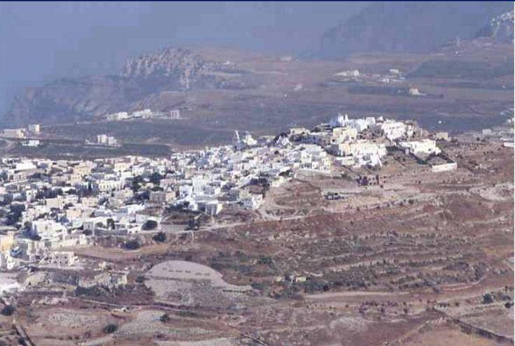 Thera (l'ancienne) .. En bas se trouve la ville de Perissa . Il faut une heure pour monter à l'ancienne Thera depuis cette ville.