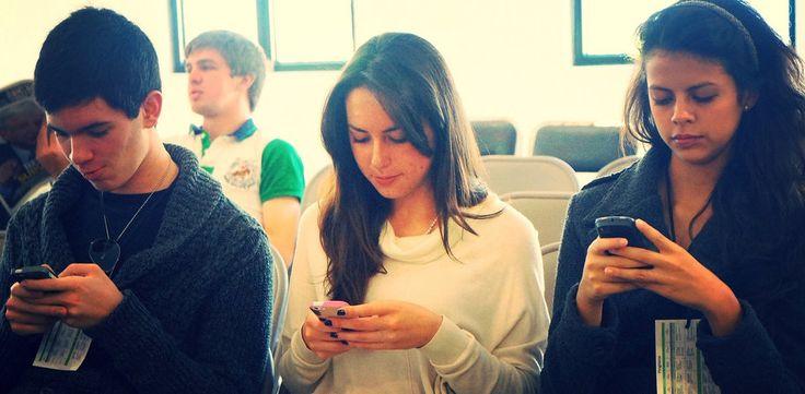 Selon Addiction Suisse, presque un jeune sur dix a une utilisation d'internet à risque. Parmi les jeunes entre 15 et 19 ans, ils sont 7,4% à en perdre complètement le contrôle. Est-il temps de lever le pied avec les smartphones et les jeux en ligne?