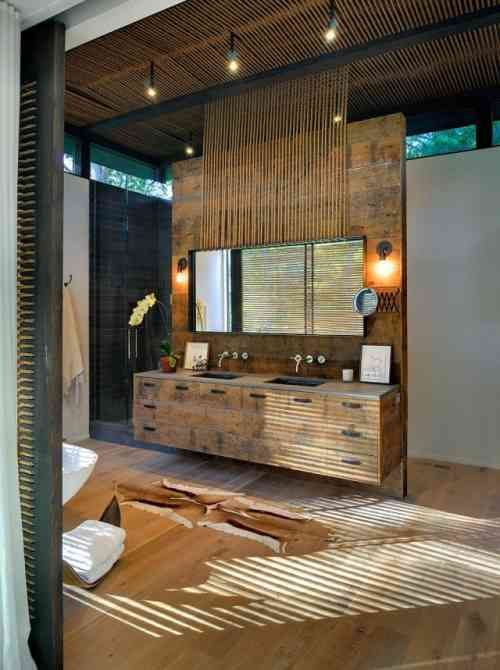 mobilier de bois et revêtement de sol aspect bois dans la salle de bains naturelle