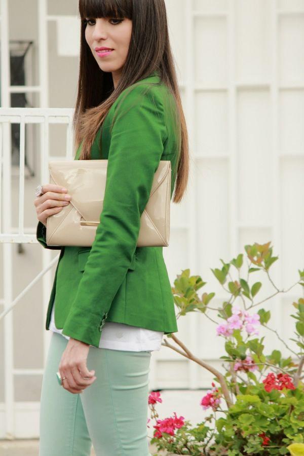 Jeans menta y blazer verde...