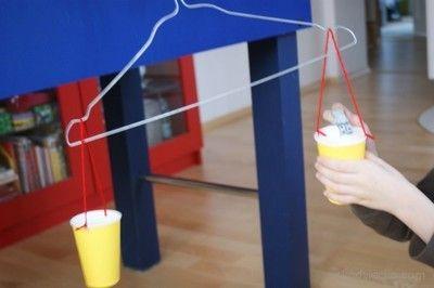 Waga dla dzieci z wieszaka i papierowych kubeczków. Weight for children with hanger and paper cups.
