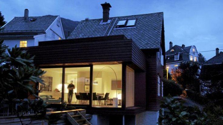 MYE ROM PÅ LITEN PLASS: Arkitekt Todd Saunders tegnet et tilbygg på 30 kvm som rommer både kjøkken og stue og to terrasser. © FOTO: Eirik Brekke