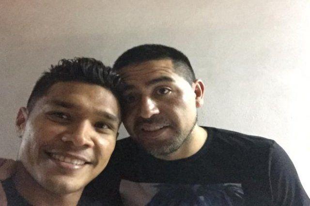 Polémica en Argentina por foto de Teófilo Gutiérrez con Juan Román Riquelme   Liga Argentina   Golcaracol.com