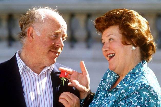 Pokka pitää -tv-sarjaa tehtiin vuosina 1990–1995 44 jaksoa. Patricia Routledgen näyttelemän Hyacinthin ressukan aviomiehen Richardin roolissa nähtiin Clive Swift.