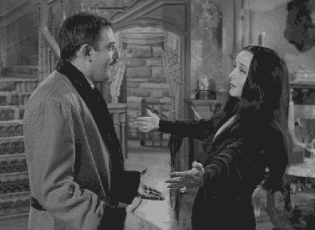 Mesmo se as coisas ficam um pouco — cof, cof — difíceis, tudo se resolve em um abraço no final. | Gomez e Mortícia Addams têm o melhor casamento de todos os tempos