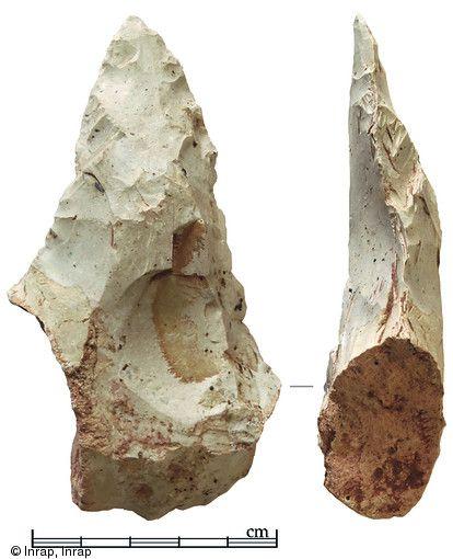 Biface à extrémité apicale aiguë mis au jour dans des limons colluvionnés à Londigny (Charente), Pléistocène moyen, 2012. Photo publiée dans le numéro 36 de la revue de l'Inrap Archéopages.