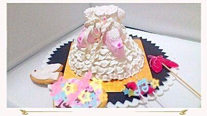 バレリーナを目指す女の子の、バースデーケーキ、シューズを胸に、アイシングクッキーの、プレートと、バレエシューズ形のキャンドルも作りました。 - 43件のもぐもぐ - 小さなバレリーナのバースデーケーキ by De trois,M   クックパッド料理教室稲城校