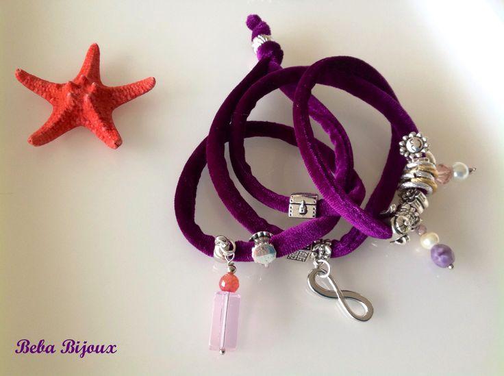 Bracciale in Velluto color Viola,con distanziatori color argento, anellini color argento e oro e pietre e ciondoli.
