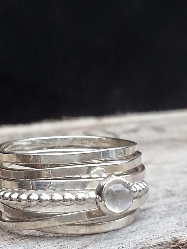 Idylliz; Fijne zilveren ring met tussenschuifring met maansteen.