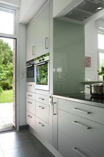 Une cuisine blanche ouverte sur le jardin