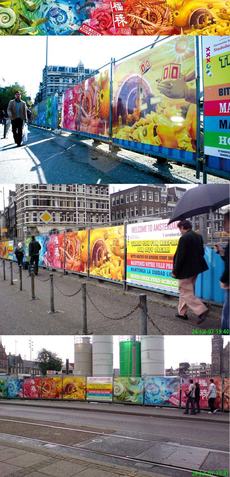 Bouwborden met het thema: hou Amsterdam schoon'. Voor het Centraal Station Amsterdam