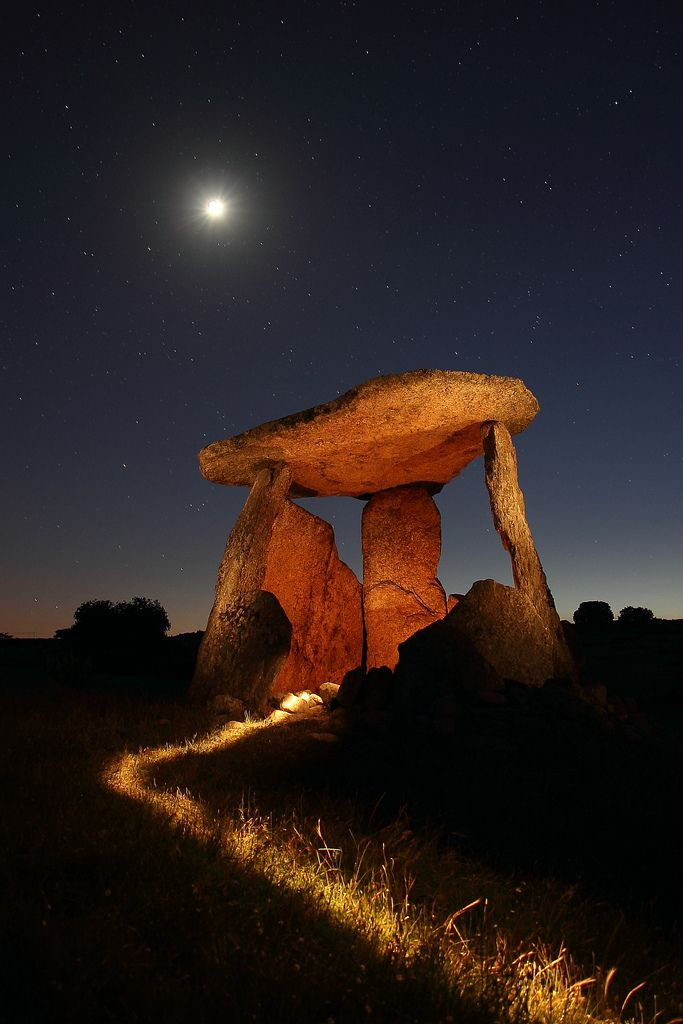 Dolmen around Castelo de Vide (Portugal): Stands Stones, Gardens Design Ideas, Beautiful, Vacuum, Full Moon, Places, Castle, Portugal, Natural