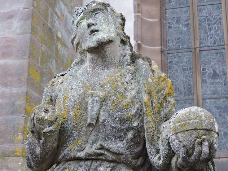 Une statue dans la jardin de la Collégiale Saint-Florent à Niederhaslach en Alsace