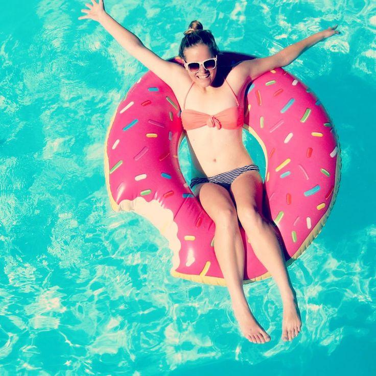 Iemand heeft er blijkbaar al wat vanaf (of aan-?)gebeten, maar dat maakt niks uit: onze reuzen-donut drijft toch wel en laat je heerlijk in de pool relaxen.