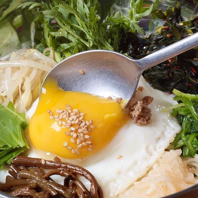 こんにちは! 表参道 韓国料理 COSARI TOKYOです(#^.^#) . スンドゥブと1番人気を争うのは、やはり定番の『石焼ビビンパ』セットです! . . ナムルの野菜たっぷり、パチパチ音を立てながら 石窯がテーブルに運ばれます(#^.^#) . よ〜く混ぜて、おこげを作りながら、お召し上がりくださいませ🎵 . . #表参道 #韓国料理 #コリアン #ランチ個室 #女子会 #姉妹店 #六本木 #完全個室 #鋳物焼肉 #表参道 #韓国料理 #サムギョプサル #個室#姉妹店 #肉フェス #同伴 #個室焼肉 #隠れ家 #マッコリ #新大久保 #チーズダッカルビ #韓国 #韓国旅行 #肉 #飲み放題 #カクテル #コラーゲン
