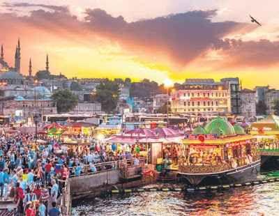 Istanbul: luogo incantato con colori unici Istanbul abbonda dei venerati bagni turchi. Una visita alla città non è completa senza un bagno turco. Uno dei centri più conosciuti è il famoso Cagaloglu Hamam, una meraviglia della tradizione ottom #viaggi #istanbul #estate
