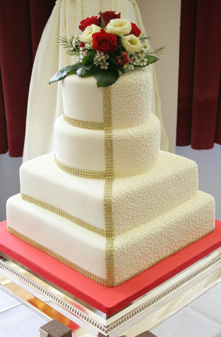 This design brings together two designs to create a unique style of wedding cake. Coloured in ivory, gold and red it brought together the couples Las Vegas theme perfectly.