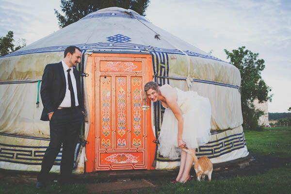 Due abiti da sposa e un bouquet di caramelle per un matrimonio parigino: Jessica e Luc