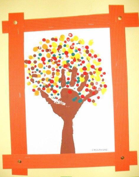 Peinture avec le doigt, la main, le bras arbre automne