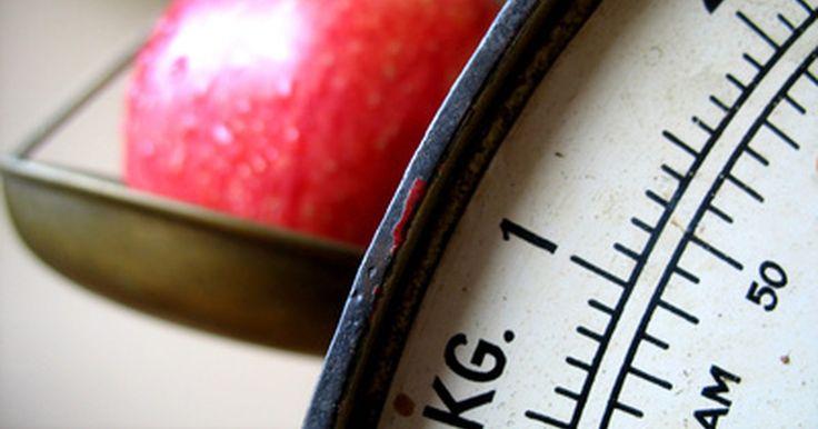 Cómo medir la masa y la densidad. Las propiedades físicas fundamentales de la materia son la masa y la densidad. Saber cómo medir estas propiedades debería ser parte de la educación de todo el mundo. La densidad de un objeto no se mide directamente; en su lugar, debes medir primero la masa y el volumen para calcularla. La medida estándar de la densidad es la del agua, que es de ...