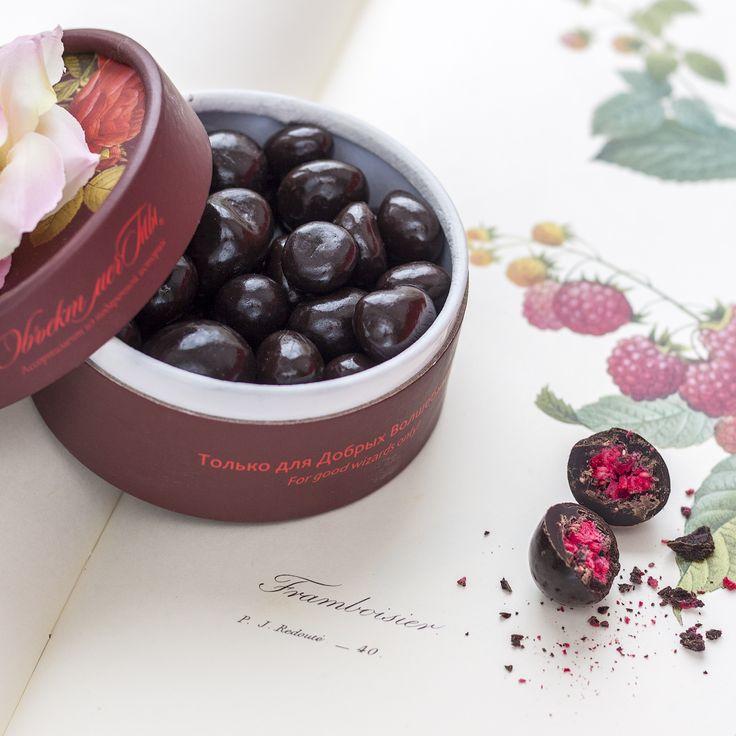 Отведав «Малину в шоколаде», Вы подарите себе удовольствие и радость от деликатесного сочетания шоколада и ягод сочной малины. Эта ягода содержит массу полезных веществ, повышает настроение и придает бодрость. А шоколад - заряжает, повышает работоспособность и настроение. #подарок, #подарки, #драже, #десерт, #малина, #шоколад, #сладости, #сладкиеподарки, #dessert, #dregee, #raspberry, #chocolate, #sweets, #sweeties, #sweetmeat, #gift, #sweetgifts, #gifts, #sweetgift, #objectmechty