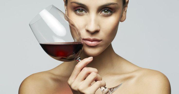 Beneficios del vino tinto para las mujeres. Las damas se sientan y disfrutan de un vaso de vino después de un día de trabajo duro. Los estudios han demostrado que beber un vaso de vino tinto con moderación podría proporcionar beneficios saludables para las mujeres. Los investigadores aún tienen mucho que estudiar acerca de los efectos del vino tinto en la salud, así que consulta con un ...