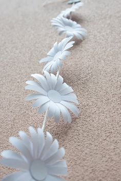 D.I.Y. Paper daisy chain |