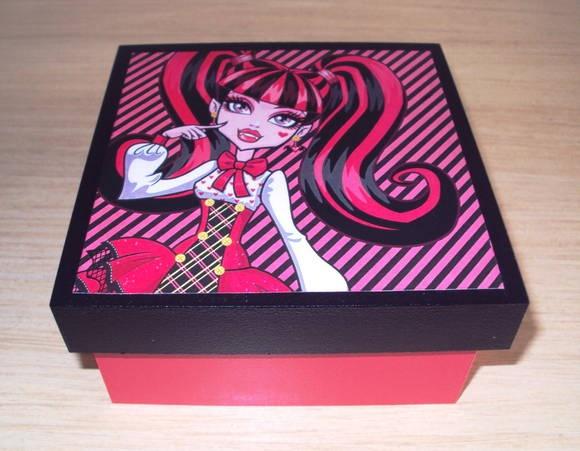 """Caixa em mdf lembrancinha das Monster High """" Draculaura"""" Medidas da caixa 10x10x5 cm Os adesivos das caixas podem ser variados com as imagens da outras personagens das Monster High. Ótima opção de lembrança da festa, dentro pode ser colocado docinhos e depois a caixinha serve como porta jóias/ objetos. R$ 9,00: High Parties, Ems Box, Como Porta, Lembrancinha Ems, Lembrancinha Das, Das Monsters, Ems Mdf, Monsters High, Das Caixas"""
