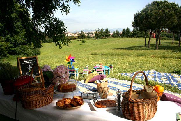 Il giorno di Ferragosto ci sono molti picnic nei parchi. Famiglie ed amici si incontrano, mangiano cibi portati da case  e giocano all'aria aperta.
