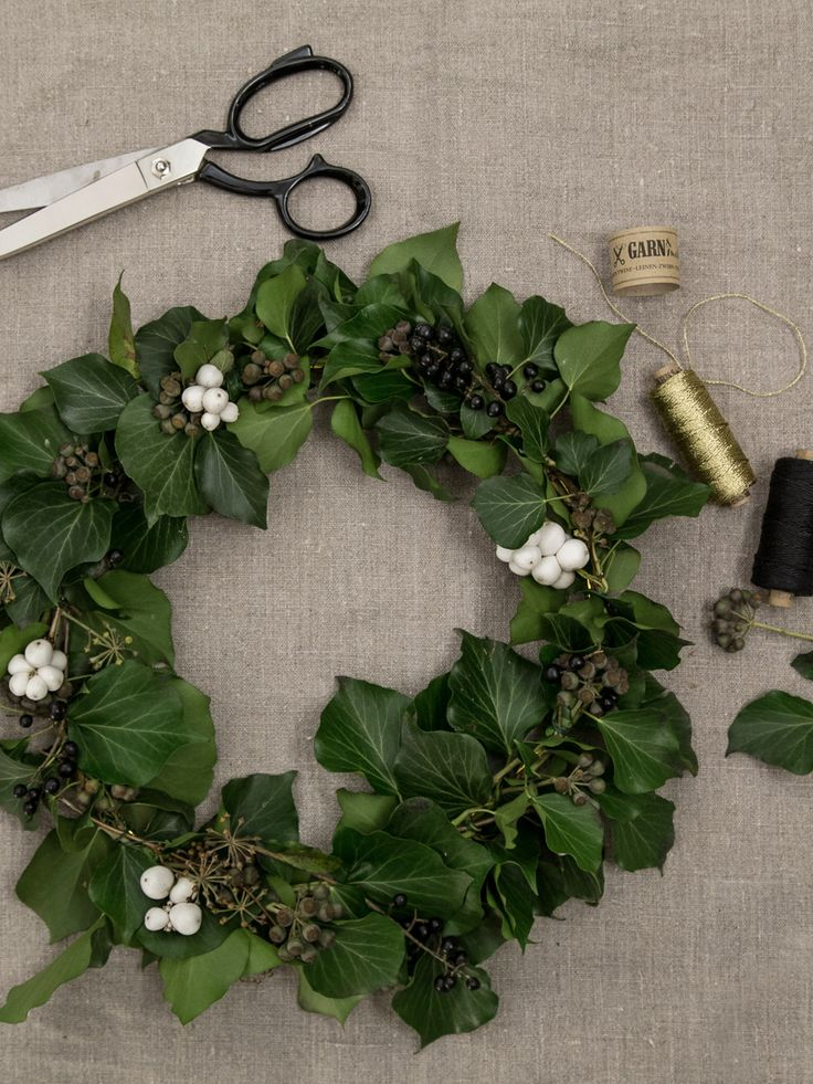 DIY-Kranz aus Bäckergarn in Gold & Leinenzwirn in Schwarz, Efeu und Beeren I Natural wreath out of yarn in gold, twine in black, berries and ivy// GARN & MEHR