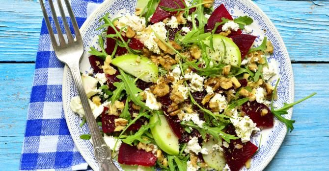 Recette de Salade de pommes, betteraves, féta et noisettes. Facile et rapide à réaliser, goûteuse et diététique. Ingrédients, préparation et recettes associées.