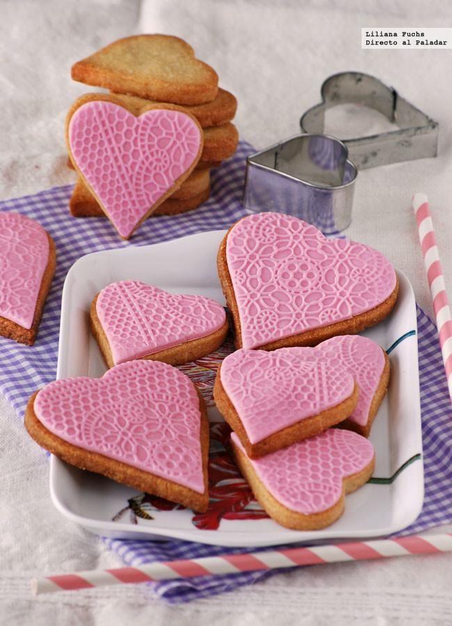 Cómo hacer galletas fáciles recubiertas con fondant. La festividad de San Valentín nos sirve de excusa para ponernos algo más cursis en la cocina, y esto suele implicar el preparar dulces con formas de corazone...