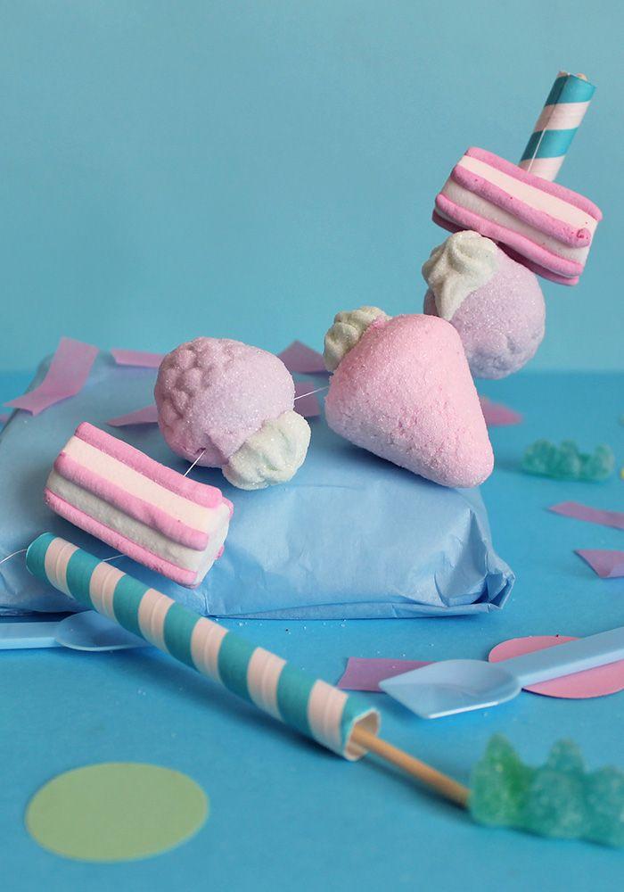 Crea una fantastica ghirlanda DIY con delle morbide caramelle! Usala per decorare le tue torte! Scopri di più sul blog!